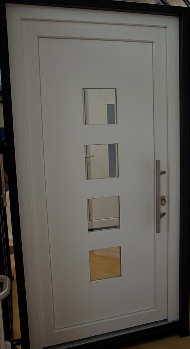 Haustür außen weiß 4Fenster Quadrate