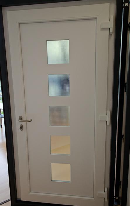 Haustür-innen_weiß-5Sichtfenster-Quadrate