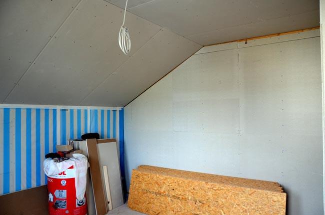 Bibliothek mit Fermacellwand zum Treppenhaus und Dachbodenplatten