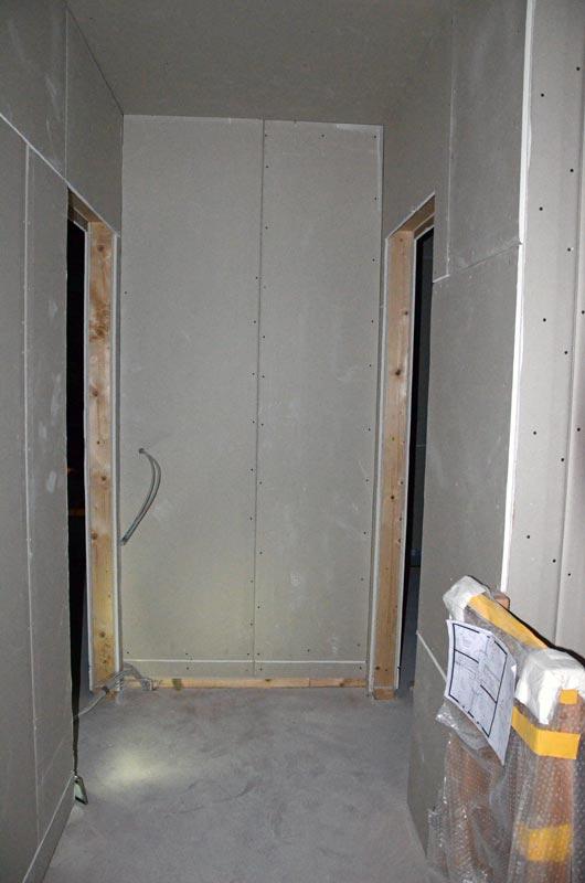 Flur OG mit Rigipsplatten an HKV-Wand
