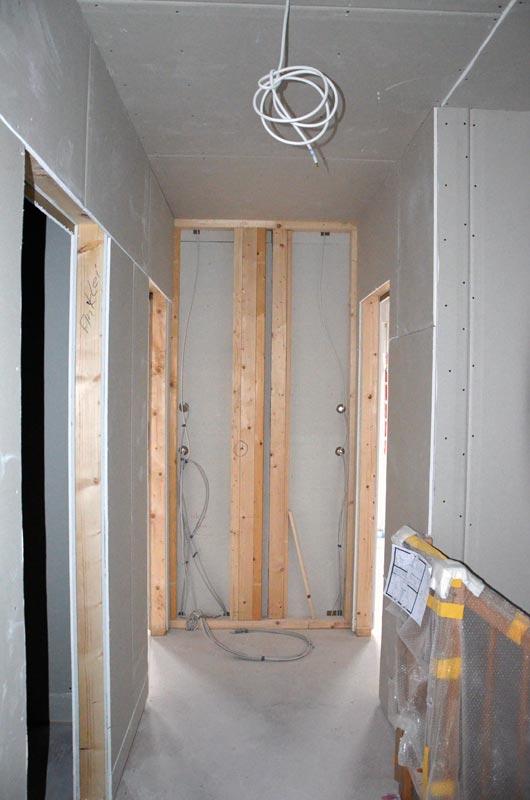 Flur OG ohne Rigipsplatten an HKV-Wand