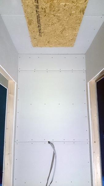 Flur mit Rigips-Platten und Dachbodenlukenplatte