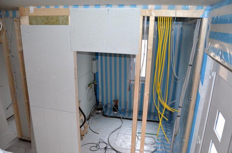 Hausanschlussraum von der Treppe aus mit Netzwerkkabeln