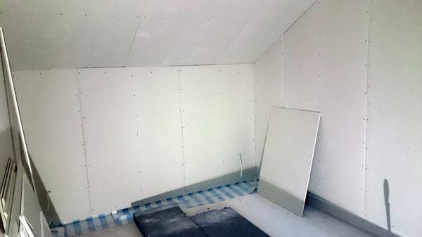 Schlafzimmer mit Rigips-Platten beplankt