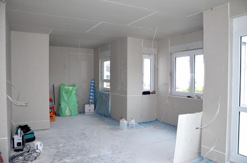 Wohnzimmer und Küche mit fertigen Rigipswänden