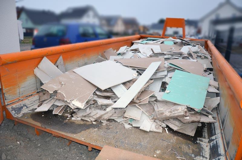 Der mit Gipsplattenresten gefüllte 10 Kubikmeter Container