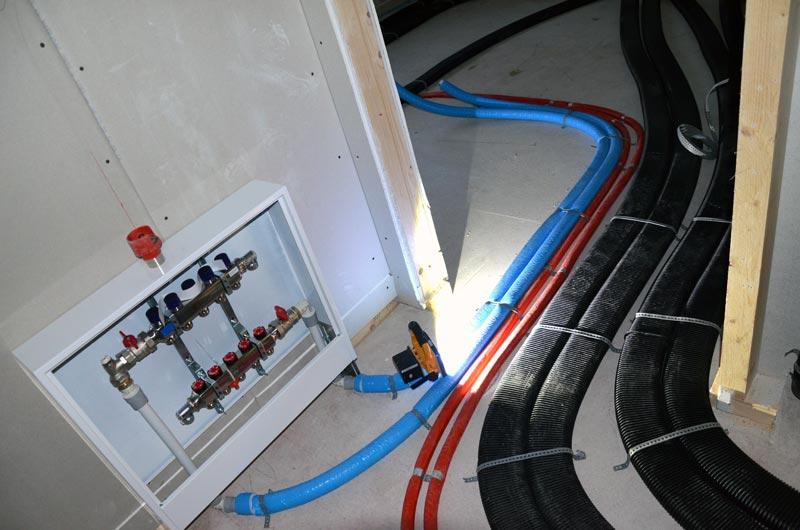 HKV, Lüftungsleitungen und Wasserleitungen im OG-Flur