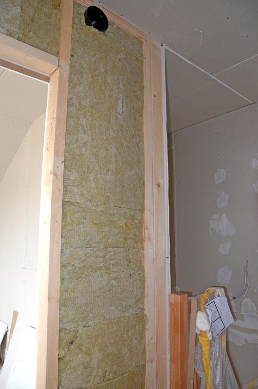 gedämmte Wand mit Lüftungsleitung im OG-Flur
