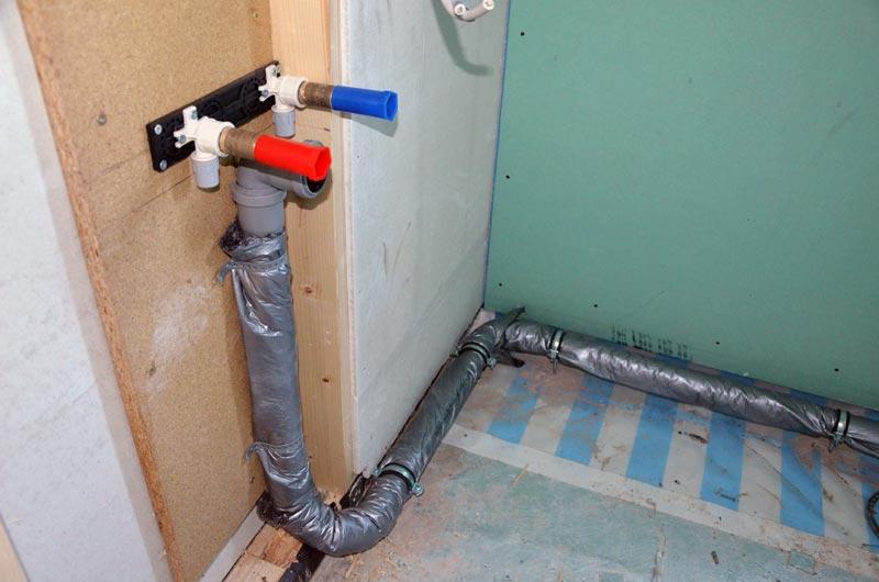 Gäste-Bad Waschbecken-Abflussleitungen