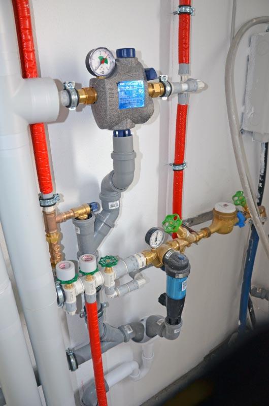 Rohrleitungen mit Wasseranschluss im Hausanschlussraum