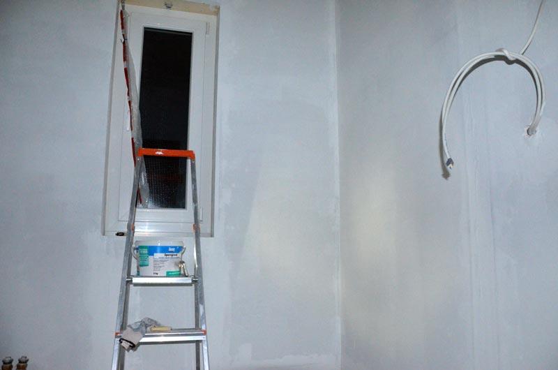 Hausanschlussraum Wände mit Sperrgrund abends