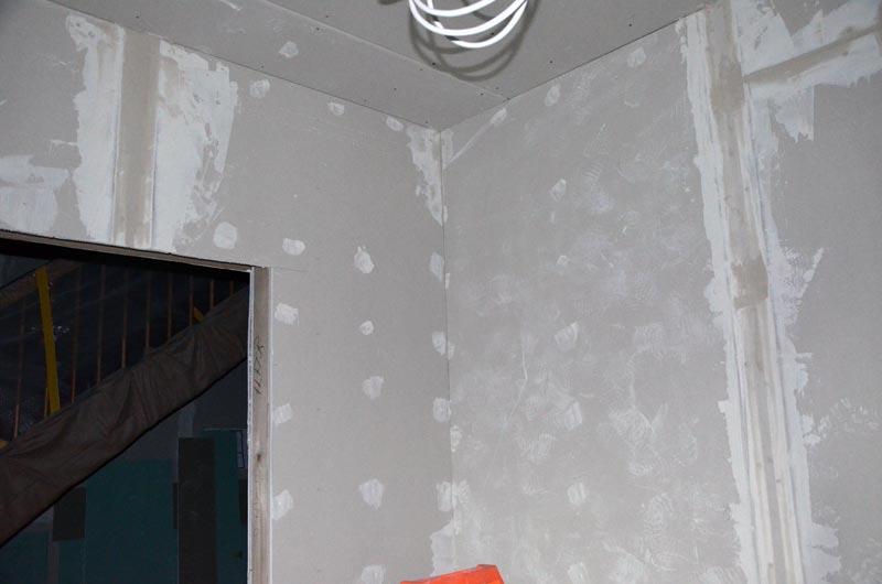 Hausanschlussraum gespachtelt Türseite abends