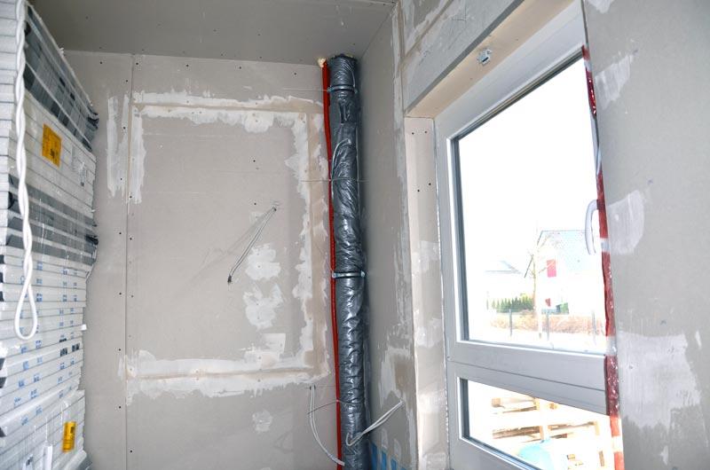 Für fehlendes Kabel geöffnete Wand gespachtelt