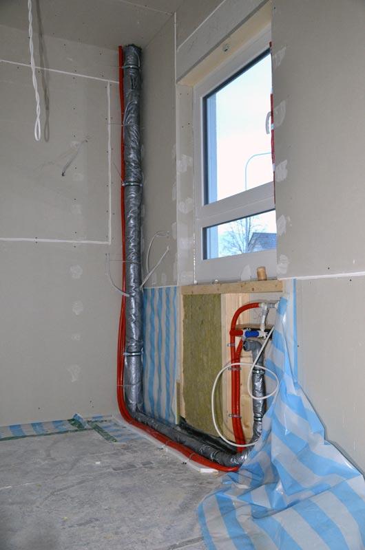 Küche mit Wasserleitungen und Abfluss Bad