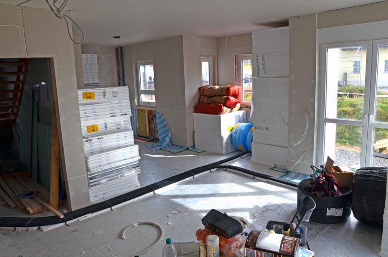 Wohnzimmer mit Material für Fußbodenheizungsaufbau