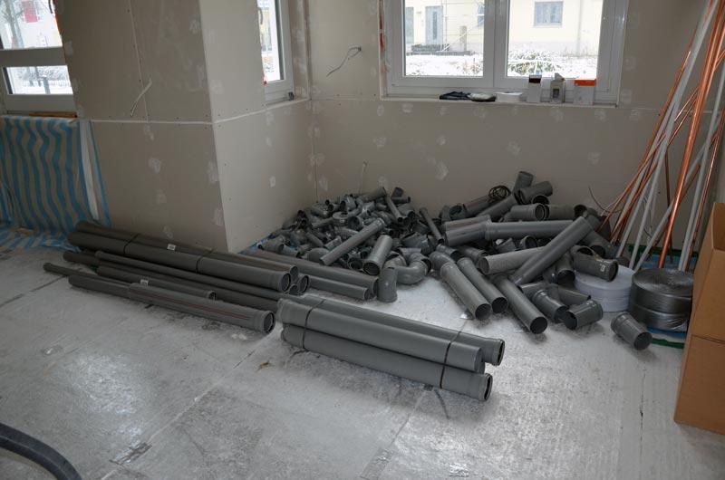 Wohnzimmer mit Sanitär-Rohren