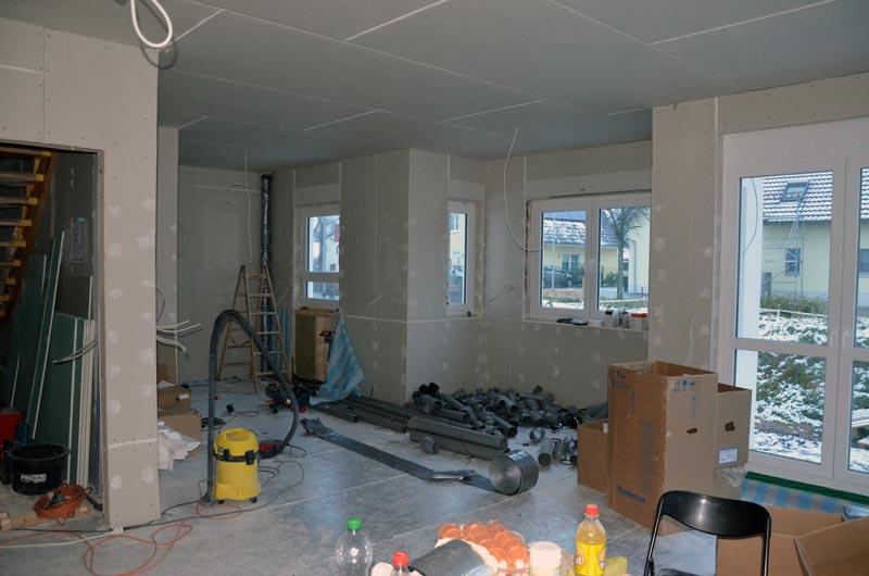 Wohnzimmer mit Sanitärmaterial nach erstem Tag