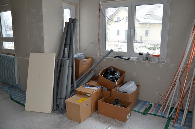 Wohnzimmer mit erstem Sanitärmaterial