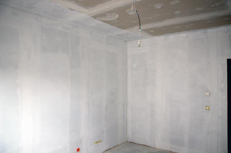 Grundierung der Arbeitszimmer-Wände mit Sperrgrund