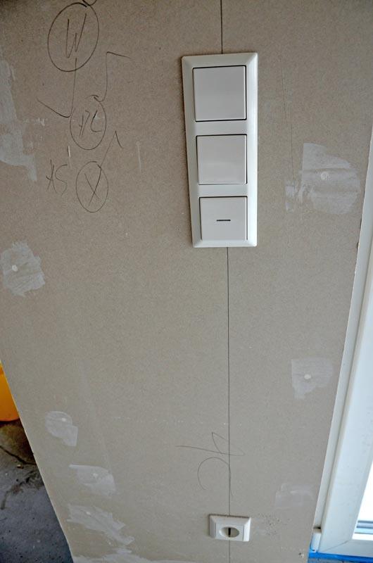 Schalter und Steckdose im Wohnzimmer