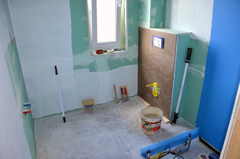 Erste geflieste Wand, die WC-Wand im Gäste-Bad