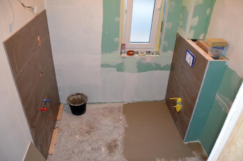 Gäste-Bad mit Fliesen an WC- und Waschbecken-Wand