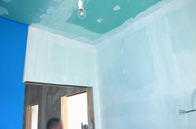 Gäste-Bad mit Sperrgrund an Wänden und Elefantenhaut an Duschwänden