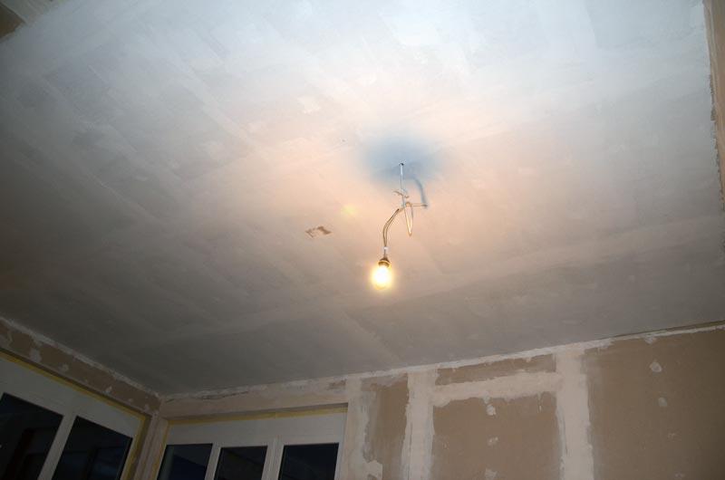 Wohnzimmer-Decke mit Sperrgrund grundiert