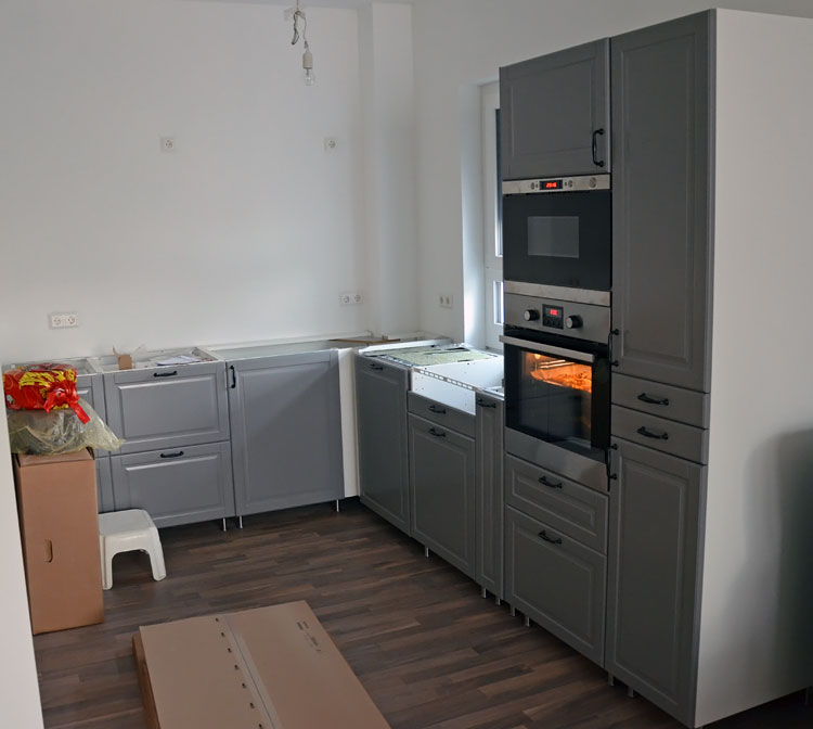 Küche am 1. August mit Griffen