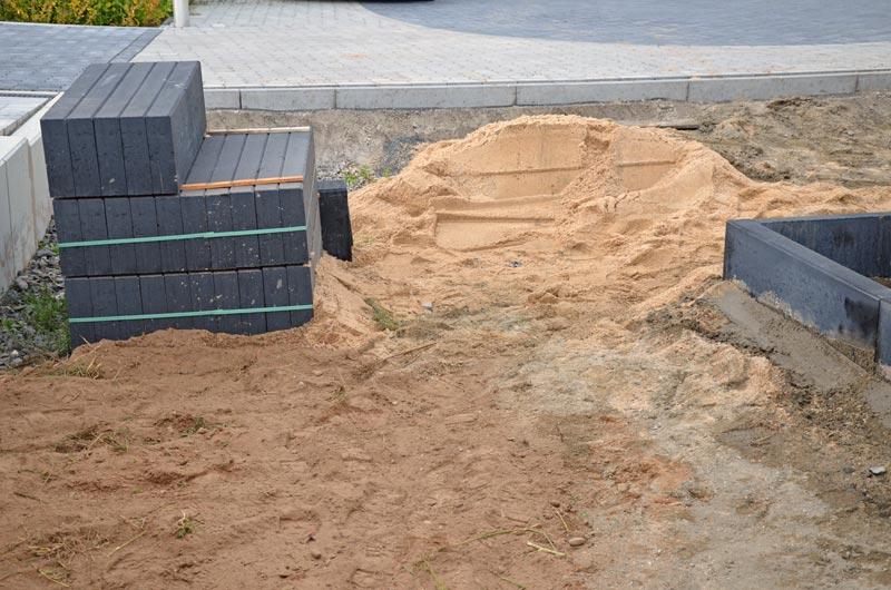 Stellplatz mit Sand und Kantsteinpalette