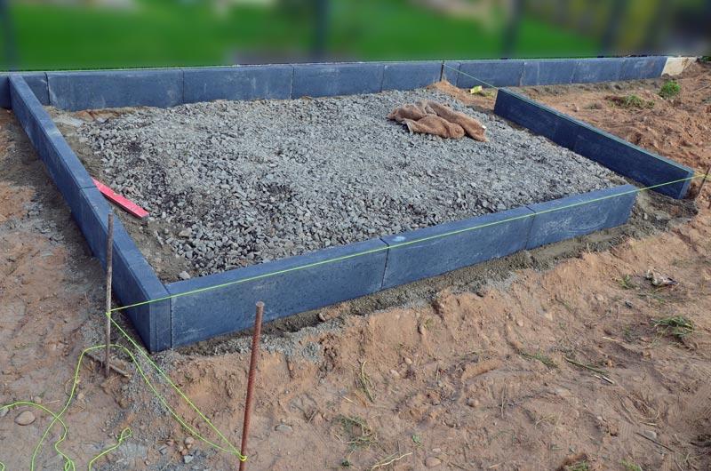 Kantsteine für Gartenhüttenfundament