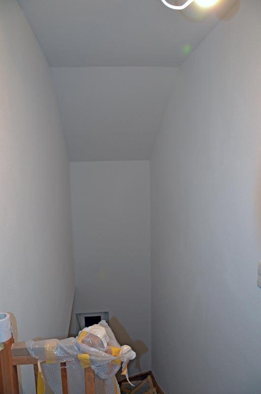 Treppenhaus mit Rollputz und Geländerschutz