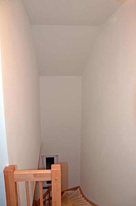 Treppenhaus mit Rollputz ohne Geländerschutz