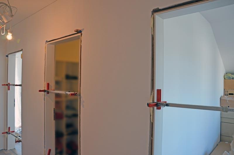 Türen OG-Flur in Trocknungsphase mit Türspreizern