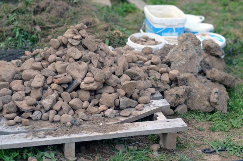 Steinhaufen aus dem Erdreich inkl. Teerbrocken