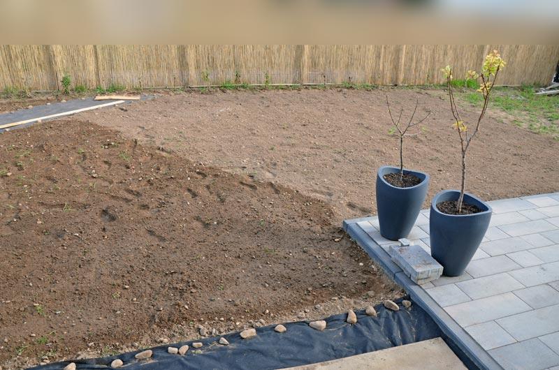 Garten gejätet, gesät, gewässert, Diagonale mit Terrassenecke