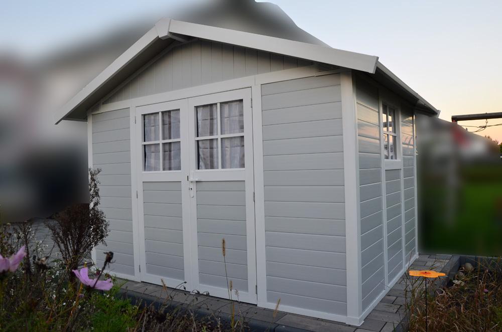 Das fertige Grosfillex Déco 7,5 M2 Gartenhaus mit Sprossenfenstern