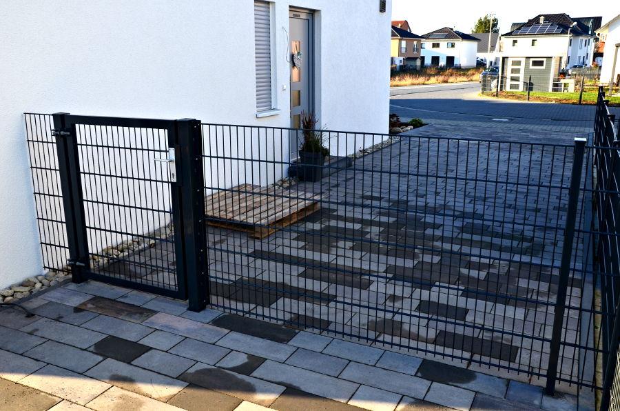 Zaun auf der Haustürseite Sichtrichtung Straße